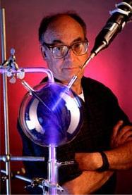 Stanley Miller se svým přístrojem v němž z prebiotické polévky anorganických látek získal aminokyseliny.