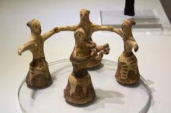 Tanec žen. Uprostřed je jedna slyrou (ne shady, i když to tak trochu vypadá). Palaikastro, postpalácové období, 1350-1300 před n. l. Archeologické muzeum vIrakliu (Heraklion). Kredit: Zde, Wikimedia Commons
