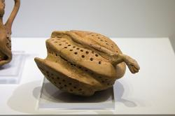 Terakotový model divoké včelí plástve, kupodivu s hady. Knóssos, ze svatyně spojené s kultem posvátného hada, 1700-1600 před n. l. Archeologické muzeum v Irakliu (Heraklion). Kredit: Zde, Wikimedia Commons.