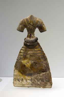 Model bohatě zdobených šatů může zobrazovat skutečné oděvy určené bohyni. Fajáns. Knóssos, Temple Repositories, 1650-1550 před n. l. Archeologické muzeum v Irakliu (Heraklion). Kredit: Zde, Wikimedia Commons