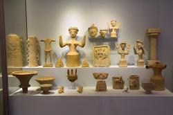 Kolekce sakrálních terakot. Kania, Gortys, 1300-1200 před n. l. Archeologické muzeum v Irakliu (Heraklion). Kredit: Zde, Wikimedia Commons.