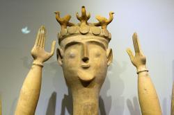 Bohyně s rozepjatýma rukama a ptáky na čelence, terakota. Gazi u Iraklia (Herakleonu), 1300-1100 před n. l. Archeologické muzeum v Irakliu (Heraklion). Kredit: Zde, Wikimedia Commons.