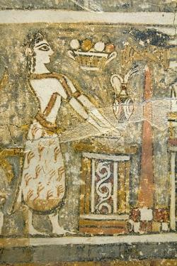 Sarkofág z Agia Triady, strana 1. Detail z pohřební scény: Kněžka u oltáře, asi očišťování nebo promluva k duši mrtvého. Košík ovoce a černý pták odkazují na chtonická božstva. 1370 až 1320 před n. l. Archeologické muzeum v Irakliu (Heraklion). Kredit: Zde, Wikimedia Commons.