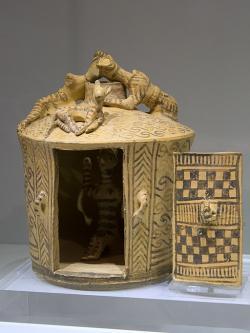 Model okrouhlé svatyně s ženským božstvem uvnitř z hrobu v oblasti ve Fyties u Archanes, protogeometrické období B (II), 850 až 800 před n. l. Archeologické muzeum v Irakliu (Herakleon), Giamalakisova sbírka, ΑΕ 376. Kredit: Zde, Wikimedia Commons.