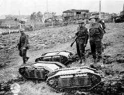 Britští vojáci vNormandii se zajatými sebedestrukčními minitanky na dálkové ovládní Goliath. Kredit: US Army.