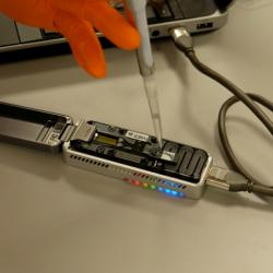MinION v akci. Kredit: Science Practice / Oxford Nanopore