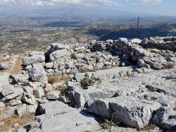 Výhled ze svatyně na vrcholku Júktás (Iouktas), 785 n. m., s jeskyní Diova hrobu. Kredit: Olaf Tausch, Wikimedia Commons.