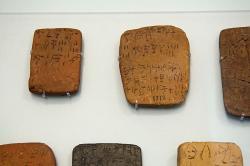 Tabulky s nápisy v lineárním písmu A. Kréta, asi 15. století před n. l. Archeologické muzeum v Irakliu. Kredit: Zde, Wikimedia Commons.