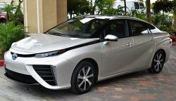 Toyota Mirai, automobil na vodíkové palivové články. Kredit: Maskrosen / Wikimedia Commons.
