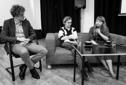 Moderátor Matěj Chytila a dva ze studentů Petr Doubravský a Eva Matoušová (foto Andrea Malíková).