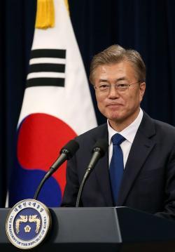 Moon Jae-in (Mun Če-in) prezident Jižní Koreje se národu omluvil, že jeho vládě se novou vlnu pandemie nepodařilo zvládnout. (Kredit: Korean Culture and Information Service, Jeon Han).