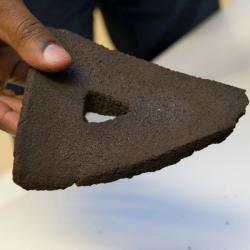3D tištěná cihla ze simulovaného Měsíce. Kredit: ESA, G. Porter.
