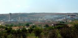 Lokalita Mponeng v Jihoafrické Republice je místem prvního objevu mikroorganismu Candidatus Desulforudis audaxviator.  Jde o Důl na zlato, který je považován za nejhlubší na světě, šachty sahají do hloubky čtyř kilometrů a sestup na dno trvá přes hodinu. Kredit: JMK. Wikipedia, CC BY-SA 4.0