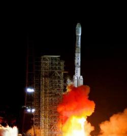 Čínska nosná raketa Dlhý pochod 3B štartuje. Wikimedia.