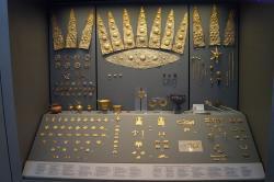 Malá část zlatých pohřebních šperků zhrobového okruhu A v Mykénách. Kredit: Schuppi, Wikimedia Commons.