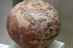 Kykladský džbán s malbou ptáků, z hrobového okruhu B. Střední doba bronzová (MH III), tedy 17. století před n. l. Archeologické muzeum v Mykénách, MM 426. Kredit: Zde, Wikimedia Commons.