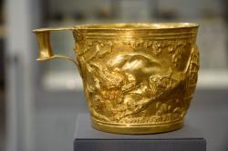 Zlatý pohár s reliéfem: Lov divokého býka. Vafio, 1500 až 1450 před n. l. Národní archeologické muzeum v Athénách, N 1758. Kredit: Zde, Wikimedia Commons.