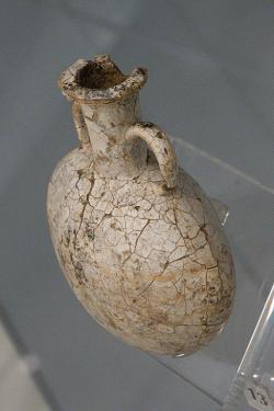 Flaška z pozdní doby bronzové! Skleněná nádoba typu flask z hrobu u Asprochoma, 14. století před n. l. Archeologické muzeum v Mykénách, MM 1549. Kredit: Zde, Wikimedia Commons.