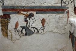 Detail bohyně nebo kněžky s klasy na levé dolní části fresky z místnosti 31 v Mykénách. Archeologické muzeum v Mykénách, MM 385. Kredit: Zde, Wikimedia Commons.Licence CC 4.0.