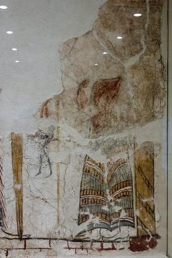 Bohyně nebo kněžka drží kopí, před nímž se vznášejí dvě malé postavy mužů. Pravá strana hlavního panelu. Kredit: Zde, Wikimedia Commons. Licence CC 4.0.