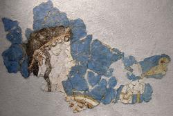Fragment fresky z Mykén, 13. století před n. l. Žena v obětním průvodu nese lilii. Národní archeologické muzeum v Athénách, 11651. Kredit: Marsyas, Tatoute, Wikimedia Commons. Licence CC 3.0.