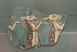 """Kozlové jako nosiči, asi v obětním průvodu. Drobný fragment fresky z budovy """"Na rampě"""" v Mykénách, asi 13. století před n. l. nebo o málo starší. Národní archeologické muzeum v Athénách, 11670. Kredit: Zde, Wikimedia Commons. Licence CC 4.0."""