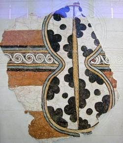 Vysoký štít na fragmentu fresky z Mykén, 13. století před n. l. Národní archeologické muzeum v Athénách, 11670. Kredit: Sharon Mollerus, Wikimedia Commons. Licence CC 2.0.