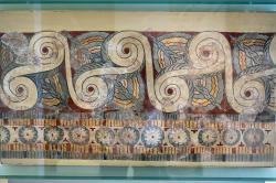 Freska s běžícími spirálami a rosetami z paláce v Tiryntu, 13. století před n. l. Archeologické muzeum v Naupliu. Kredit: Zde, Wikimedia Commons. Licence CC 4.0.