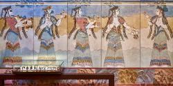 Fragmenty obětního procesí dam v oděvech podobných minojským. Archeologické muzeum v Thébách. Kredit: George E. Koronaios, Wikimedia Commons. Licence CC 4.0.