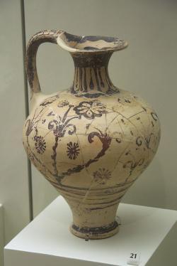 Džbán (větší oinochoé) s rostlinným motivem, LH I, kolem 1500 před n. l. Archeologické muzeum v Mykénách, MM 552. Kredit: Zde, Wikimedia Commons. Licence CC 3.0.