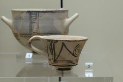 Hrníček z Mykén, LH III A, 1350-1300 před n. l. Archeologické muzeum v Mykénách. Kredit: Zde, Wikimedia Commons. Licence CC 4.0.