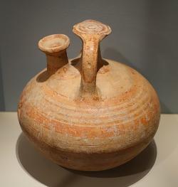 Mykénská třmínková nádoba. LH III B, 13. století před n. l. Middlebury College Museum of Art, Middlebury, Vermont, USA. Kredit: Daderot, Wikimedia Commons. Licence CC 1.0.