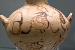 Hydrie (nádoba na vodu) s lidskými postavami. Kalkani, 1350-1300 před n. l. Archeologické muzeum v Mykénách, MM 1944.Kredit: Zde, Wikimedia Commons. Licence CC 4.0.