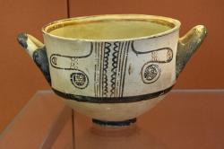 Nádoba zdobená vzorem odvozeným z oblíbeného sépiového motivu. Kalymnos, LH III C, 1200-1100 před n. l. Britské muzeum, GR 1886.4-15.9, BM Cat Vases A1019. Kredit: Zde, Wikimedia Commons. Licence CC 4.0.