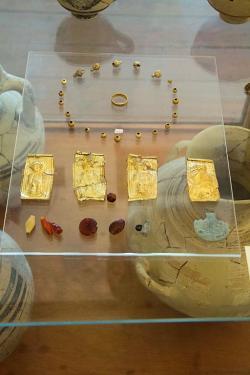 Šperky z hrobu dítěte v Kamini (hrob E), 12. století před n. l. Archeologické muzeum na Naxu, skříň 14. Kredit: Zde, Wikimedia Commons. Licence CC 3.0.