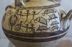 Pozdně mykénská hydrie s geometricky stylizovaným zobrazením rybolovu do sítě. Naxos, 12. století před n. l. Archeologické muzeum na Naxu. Kredit: Zde, Wikimedia Commons Licence CC3.0.