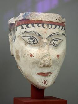 Hlava bohyně nebo sfingy z kultovního prostoru v Mykénách, 1300-1250 před n. l. Národní archeologické muzeum v Athénách, 4575. Kredit: Zde, Wikimedia Commons. Licence CC 3.0.