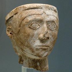 Hlava muže. Maličká řezba ze slonoviny, Mykény, 1250 až 1180 před n. l. Archeologické muzeum v Mykénách, MM 2084. Kredit: Zde, Wikimedia Commons. Licence CC 4.0.