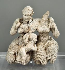 Dvě ženy (bohyně?) a dítě. Z akropole v Mykénách, 15. nebo 14. století př. n. l. Národní archeologické muzeum v Athénách, 7711. Kredit: Zde, Wikimedia Commons. Licence CC 3.0.