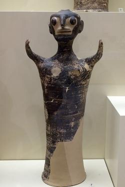 Postava ženy, větší terakota. Má masku nebo rituální líčení? Mykény, místnost 19 (chrám), 1250-1180 před n. l. Archeologické muzeum v Mykénách, MM 290. Kredit: Zde, Wikimedia Commons. Licence CC.