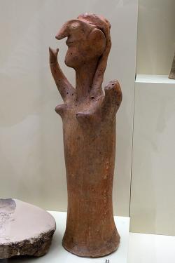 Postava ženy, větší terakota. Mykény, místnost 18 (chrám), 1250-1180 před n. l. Archeologické muzeum v Mykénách, MM 288. Kredit: Zde, Wikimedia Commons. Licence CC 4.0.
