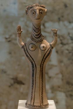 Bohyně nebo kněžka s rozepjatýma rukama. Tiryns, 12. století před n. l. Archeologické muzeum v Naupliu. Kredit: Zde, Wikimedia Commons. Licence CC 4.0.