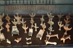 Shromáždění bohyněk a dobytka z Tanagry v Archeologickém muzeu v Thébách, 14. a 13. století před n. l. Kredit: Zde, Wikimedia Commons. Licence CC 4.0.