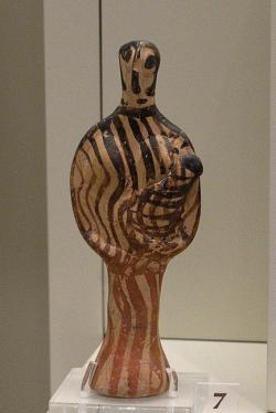 Žena (bohyně) s dítětem. Asprochoma, 1350-1300 před n. l. Archeologické muzeum v Mykénách, MM 762. Kredit: Zde, Wikimedia Commons. Licence CC 4.0.