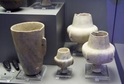Vysoká nádoba a kandily z Paru a okolí, 3200-2400 před n. l. Národní archeologické muzeum v Athénách. Kredit: Zde, Wikimedia Commons.