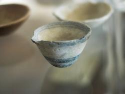 Nádobka s hubičkou, asi 9 cm, dvoubarevný mramor. Z Naxijského venkova, 3000 až 2000 před n. l. Archeologické muzeum na Naxu (v Naxijské Chóře). Kredit: Zde, Wikimedia Commons.