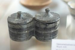 Drobná dvojitá pyxis s víčky, proužkatý mramor z naxijského venkova, 2800-2300 před n. l. Archeologické muzeum na Naxu (v Naxijské Chóře). Kredit: Zde, Wikimedia Commons