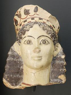 Hlava sfingy z Korintu, 540-520 před n. l. Louvre CA 637. Kredit: Marie-Lan Nguyen, Wikimedia Commons.