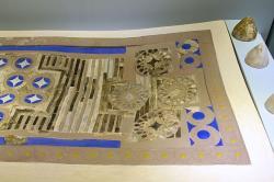 """Desková hra z paláce v Knóssu, """"Zatrikion"""", 1700-1450 před n. l. Terakotová tabule vykládaná slonovinou, pastou modrého skla a horským křišťálem, zlatem a stříbrem. Kuželovitým herním figurám ze slonoviny odpovídají kruhové oblasti na desce. Archeologické muzeum v Irakliu (Herakleion). Kredit: Zde, Wikimedia Commons."""