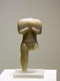 Mramorová soška stojícího muže. Ztvárnění je pro toto období neobvyklé. Knóssos, neolit, 6500 až 5900 před n. l. Archeologické muzeum v Irakliu (Hérakleion na Krétě), skříň 4. Kredit: Zde, Wikimedia Commons.